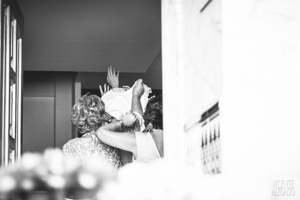 Detalle novia poniéndose el vestido