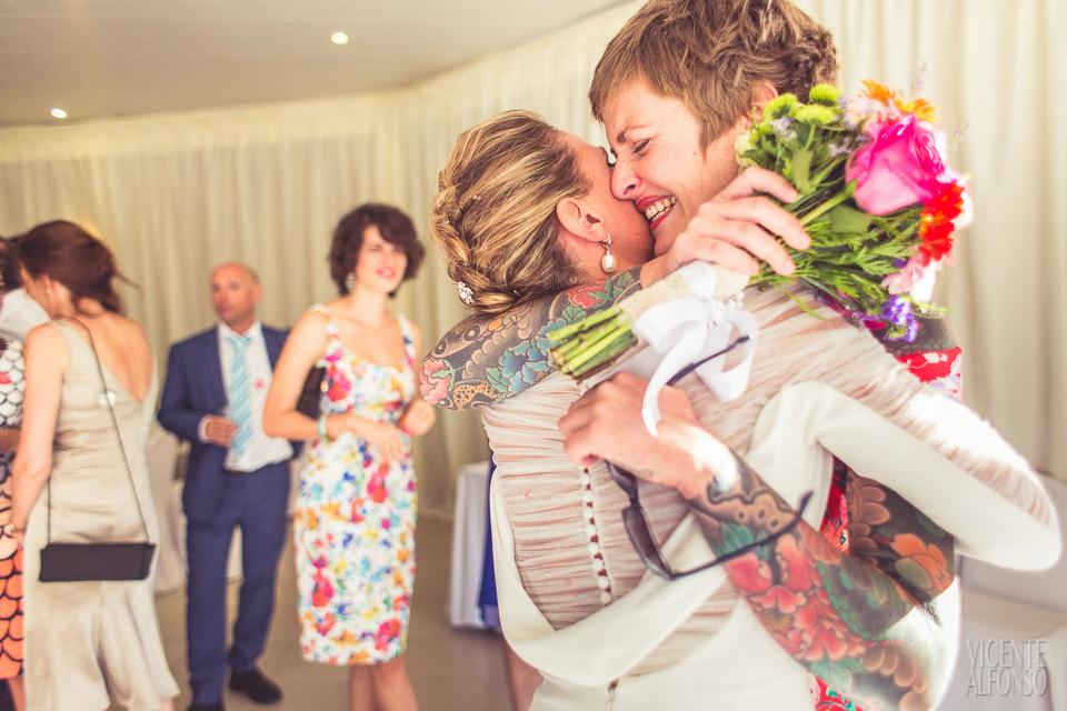 Abrazo novia a su mejor amiga y entregando ramo