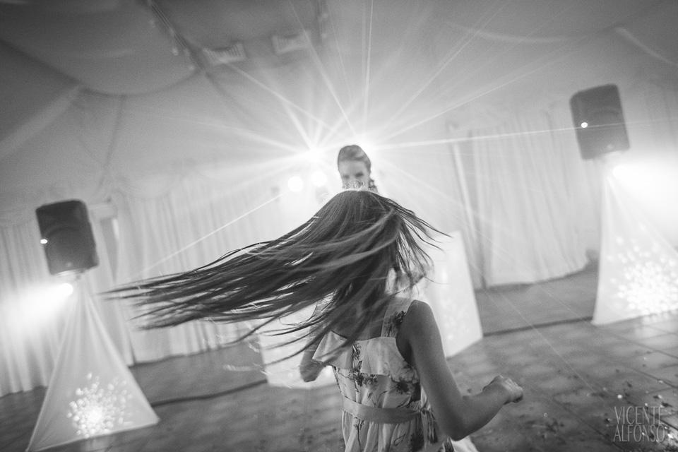 Niña bailando en el baile final de los novios