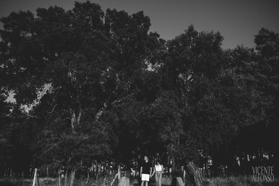Pareja entre árboles en blanco y negro en reportaje preboda