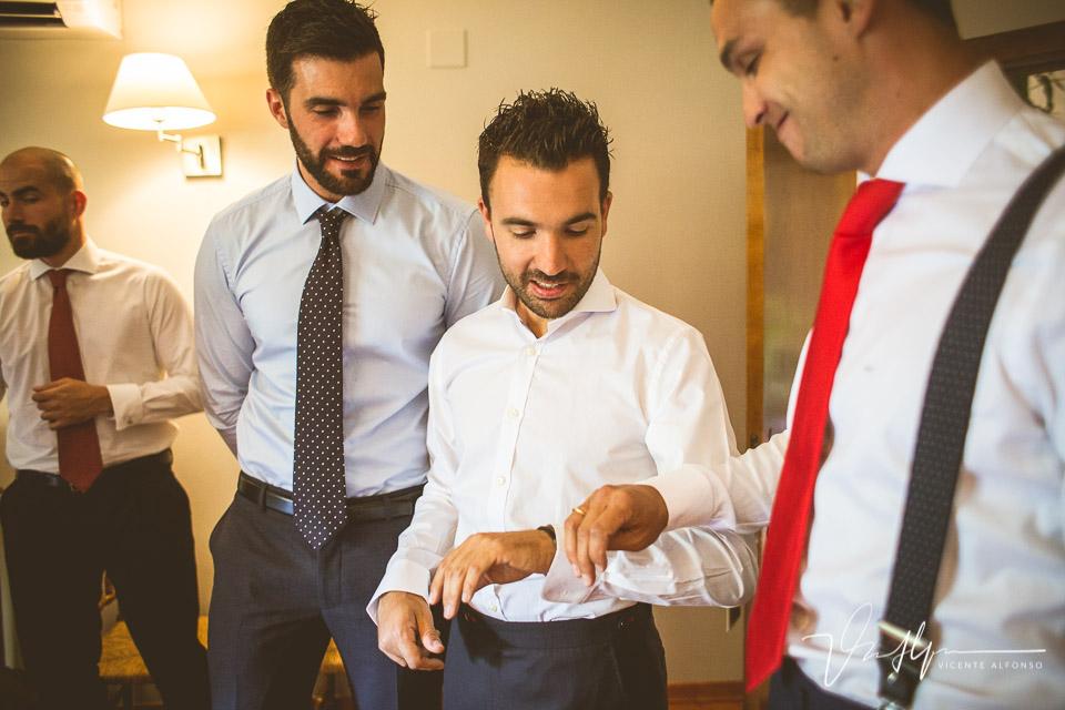Novio enseñando anillo a amigos