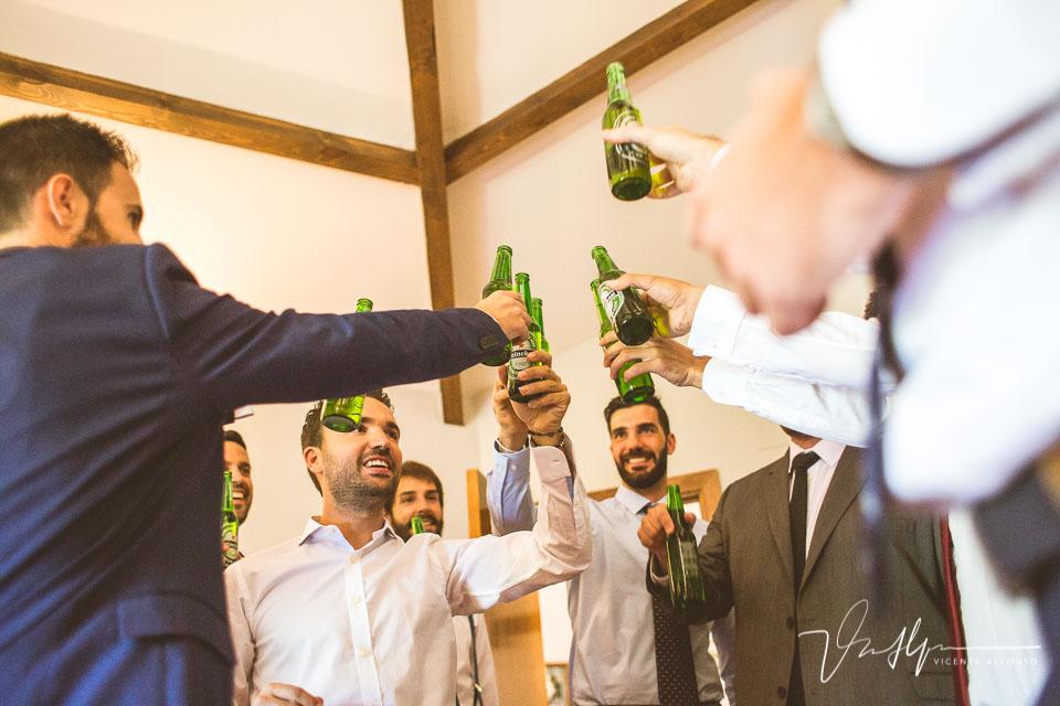 Novio y amigos brindando con cerveza