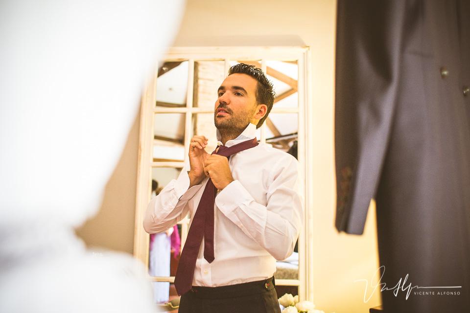 Novio poniendo corbata