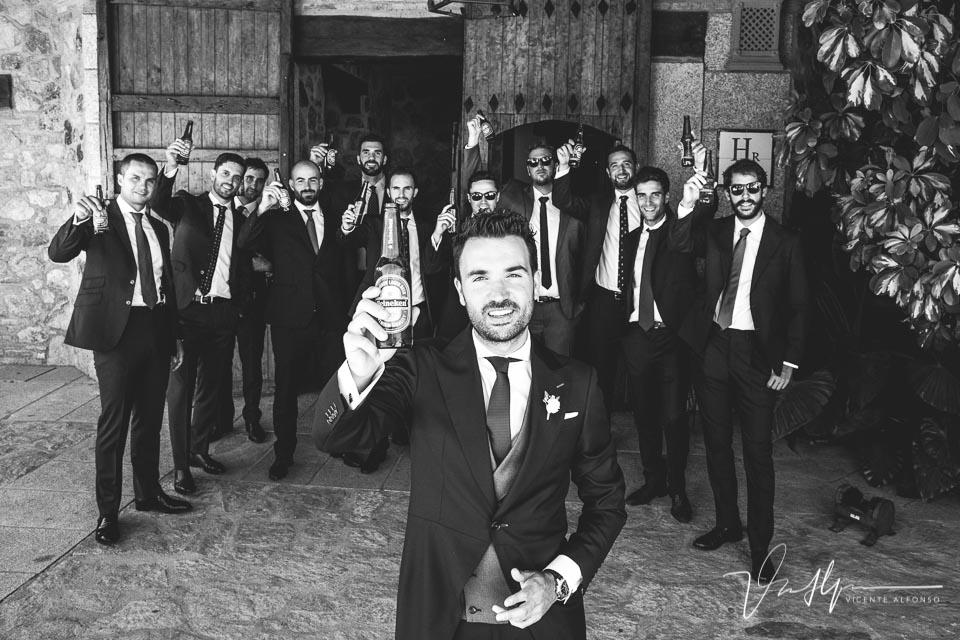 Brindis novio y amigos con cerveza en blanco y negro