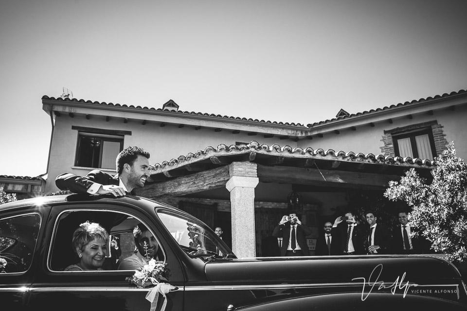 Novio saliendo por el techo del coche