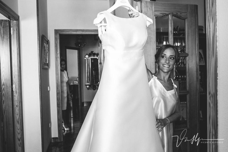 Novia cogiendo su vestido de boda