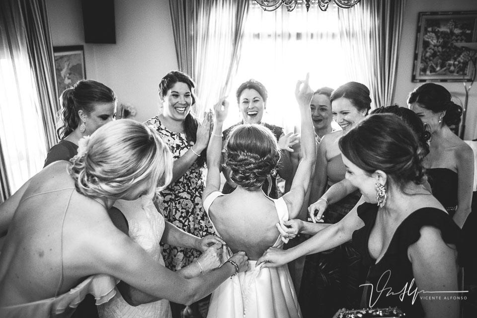 Últimos preparativos novia celebrando con amigas