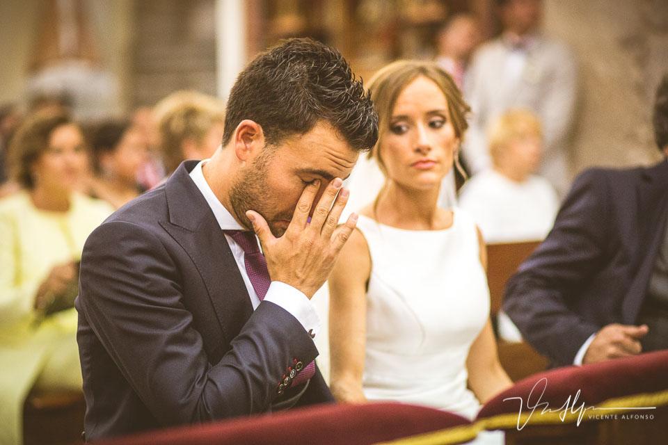 Novio llorando en el altar