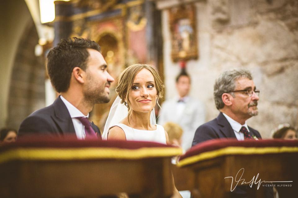Mirada de la novia al novio en el altar