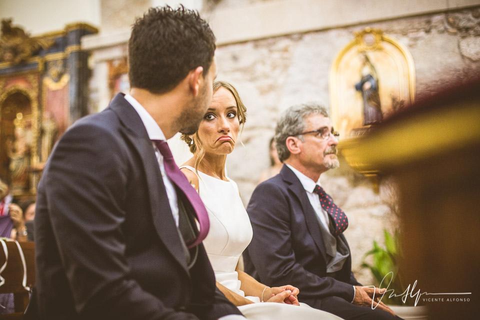 Mirada incrédula de la novia al novio en el altar