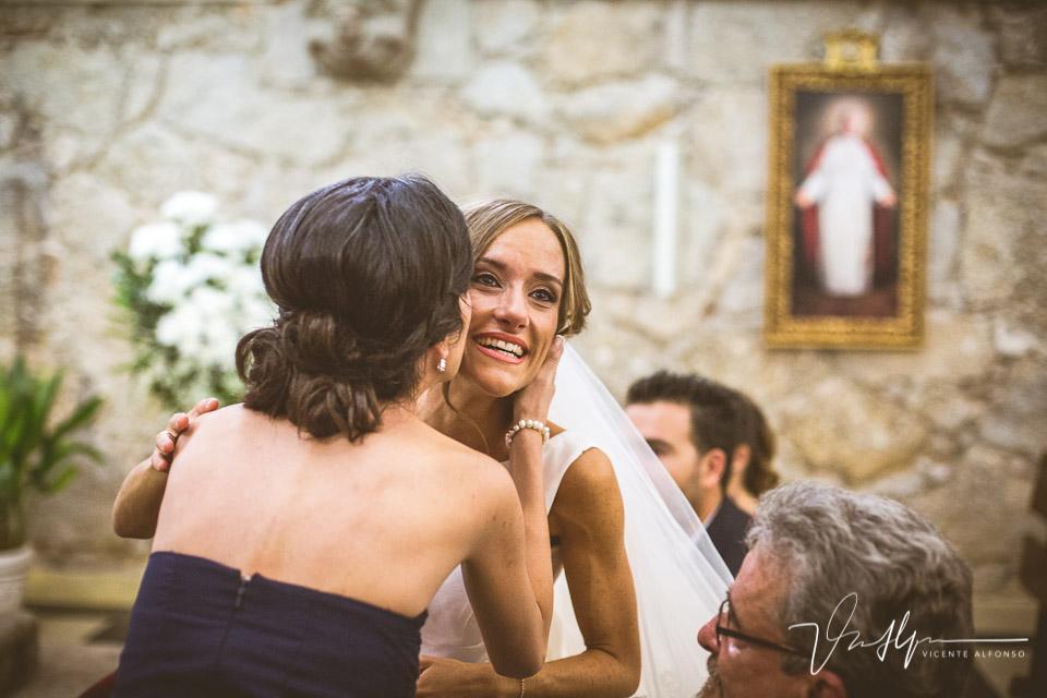 Besos de una amiga a la novia
