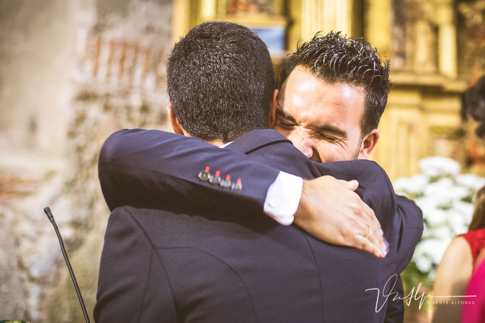 Abrazo muy cariñoso y emotivo a un amigo