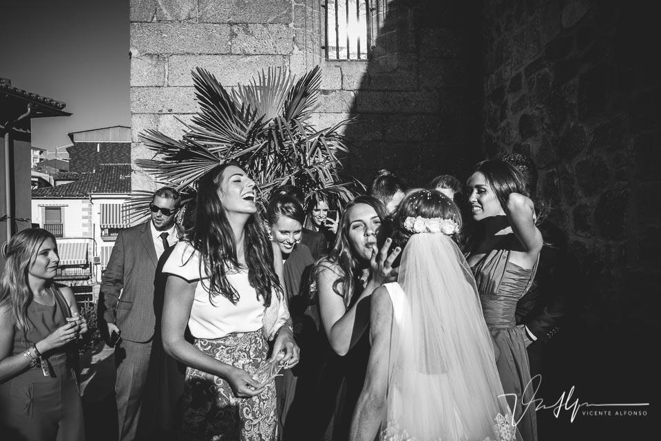 Amigas besando a la novia a la salida de la iglesia
