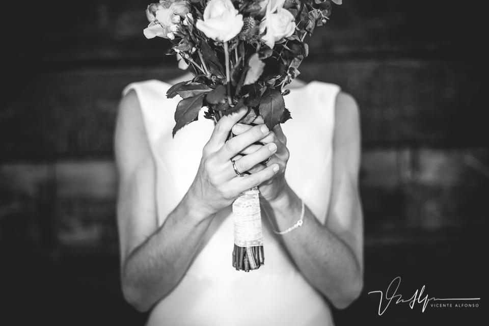 Detalles mano de la novia sujetando el ramo