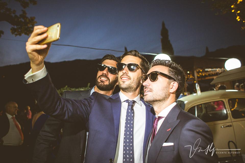 Amigos y el novio haciendo un selfi