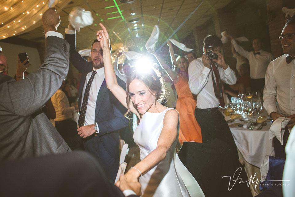 Novios bailando a su llegada al banquete