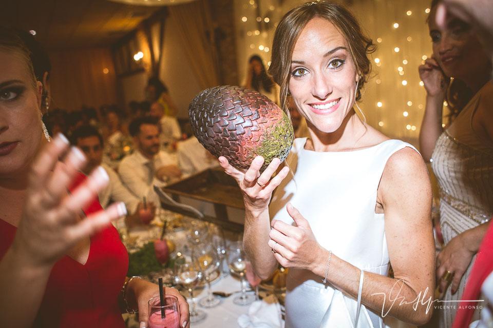 Novia recibiendo un huevo de dragón de Juego de Tronos de regalo