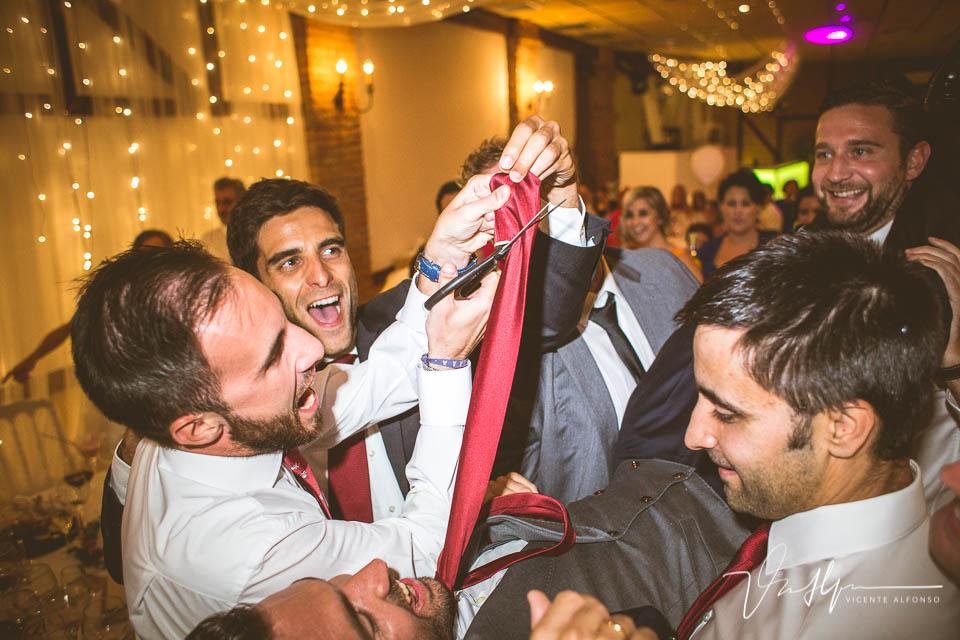 Detalle del corte de la corbata del novio
