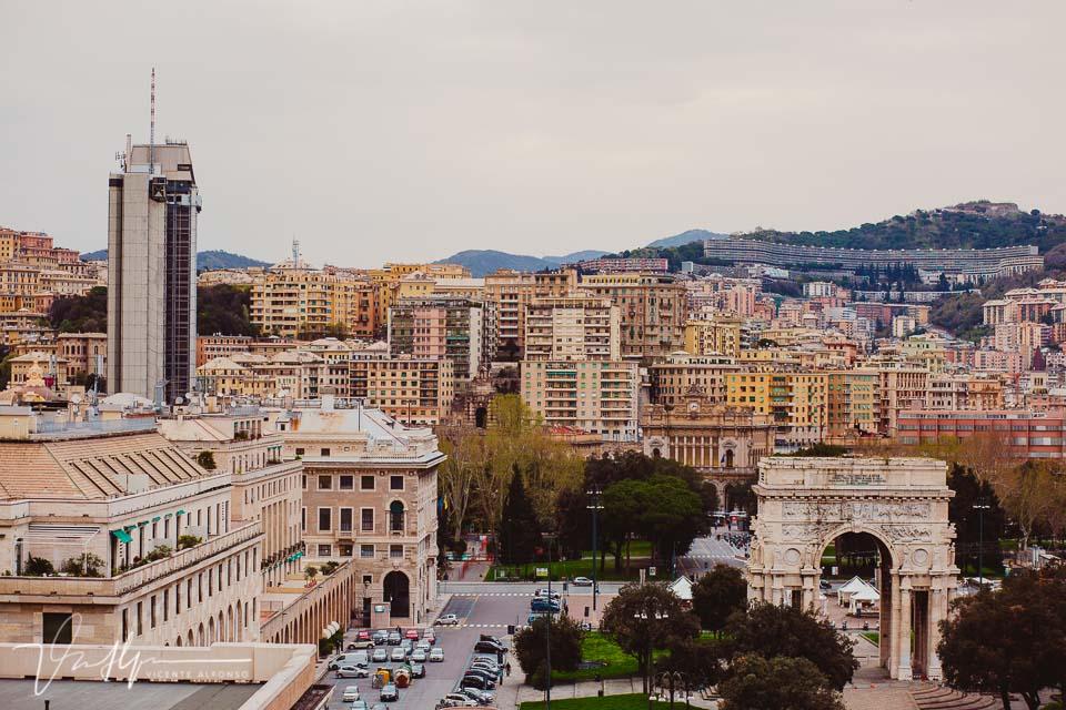 Paisaje de Genoa con el arco y la colmena al fondo