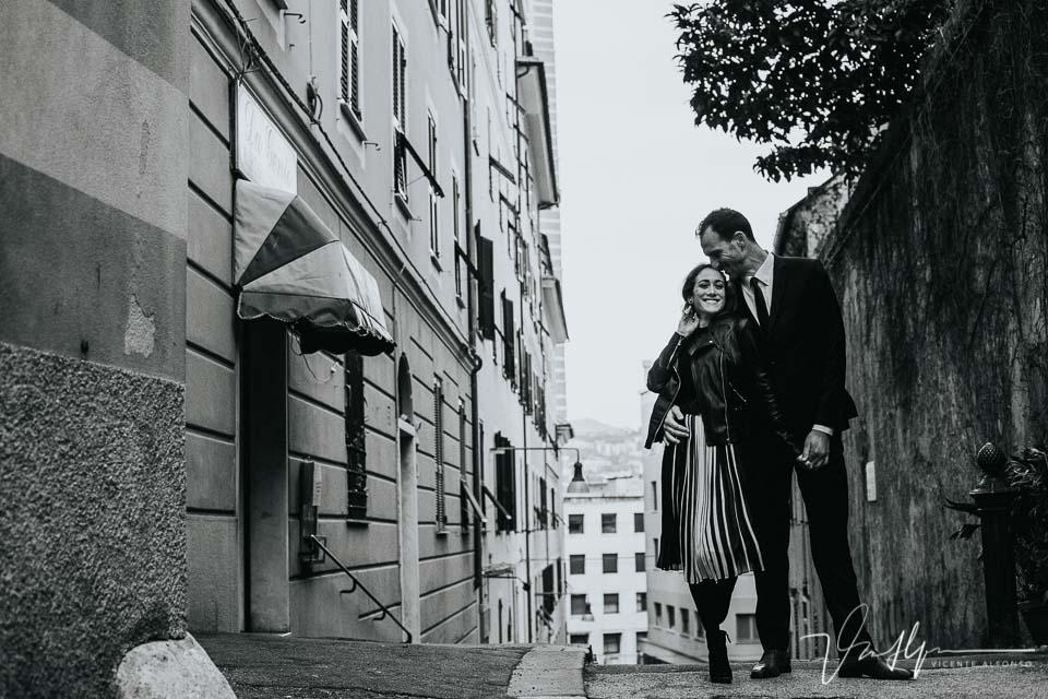 Pareja abrazándose y muy elegantes durante la noche en Genoa