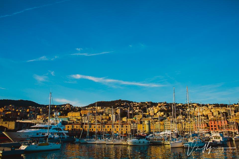 Barcos amarrados en el puerto de Génova