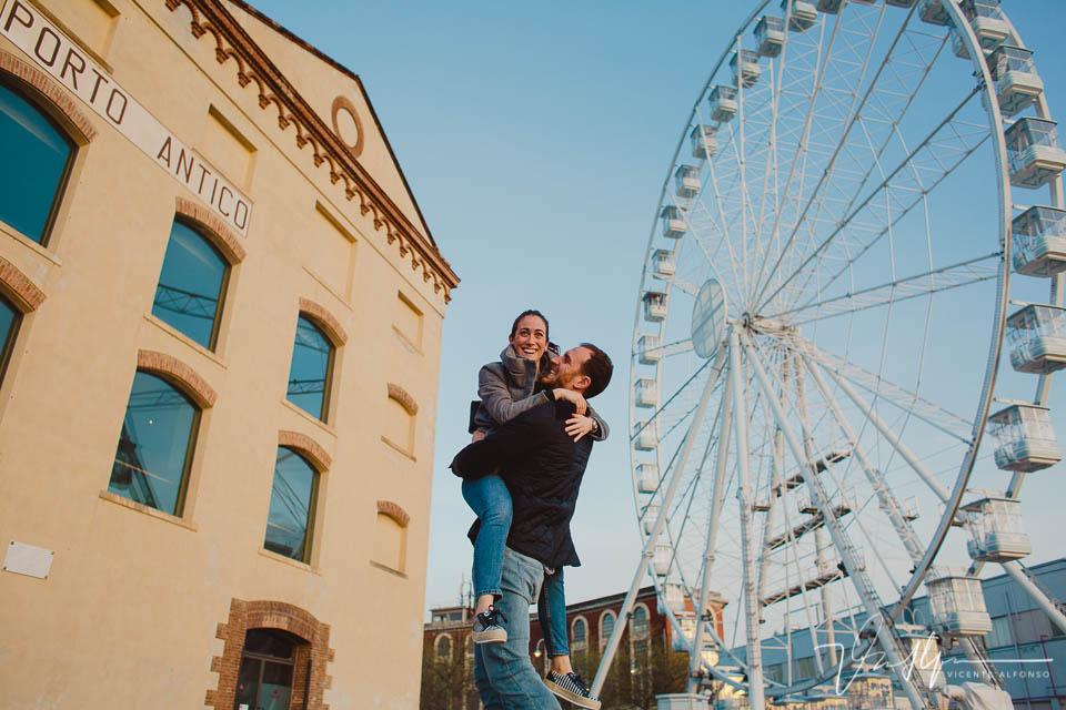 Pareja saltando y riendo en Porto Antico en Génova