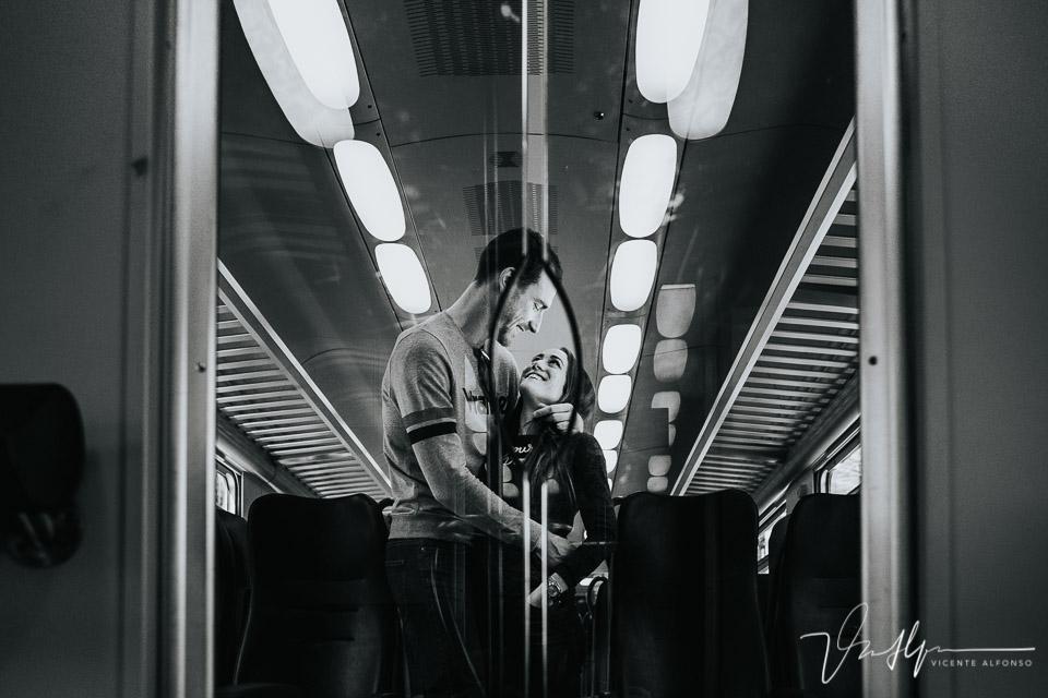 Pareja en el tren en Italia dirección Cinque Terre
