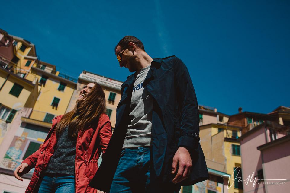 Pareja paseando por Cinque Terre