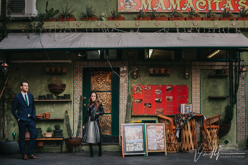 Pareja delante de la fachada de un restaurante Mexicano en Genoa