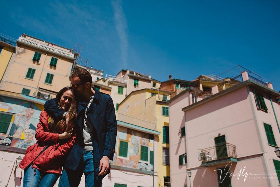 Novio besando novia en la cabeza en Cinque Terre