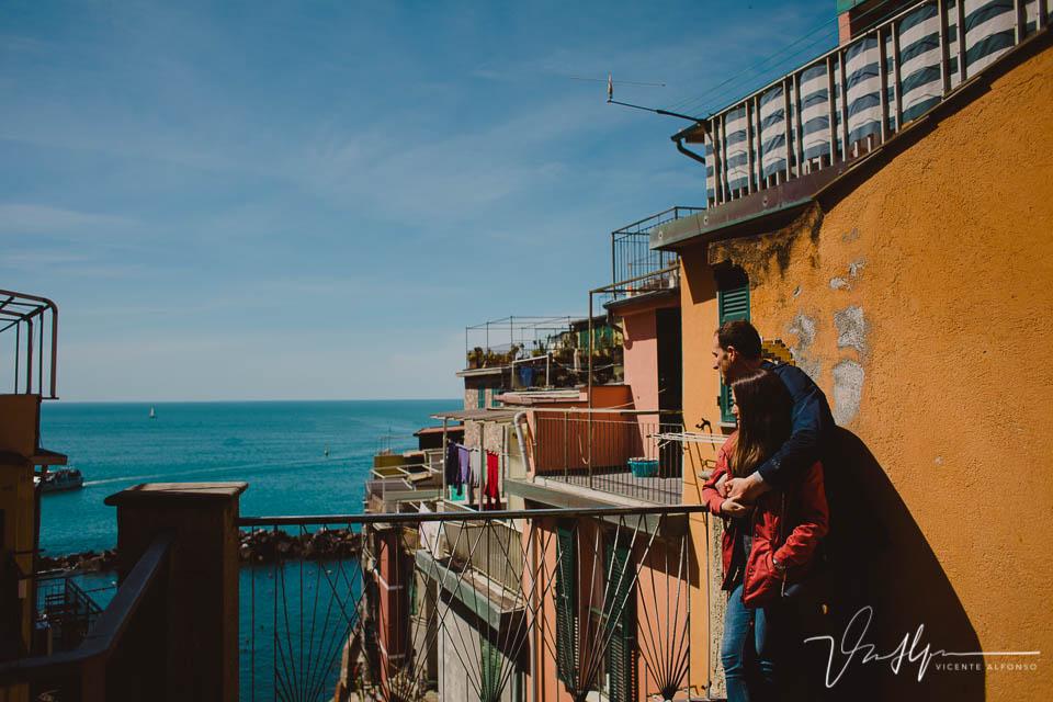 Pareja mirando al mar en Cinque Terre