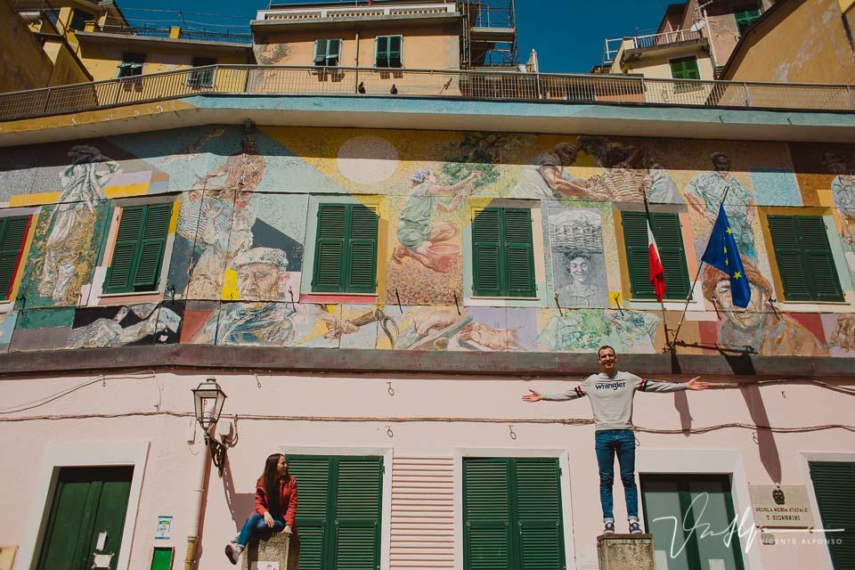 Pareja divirtiéndose en Cinque Terre