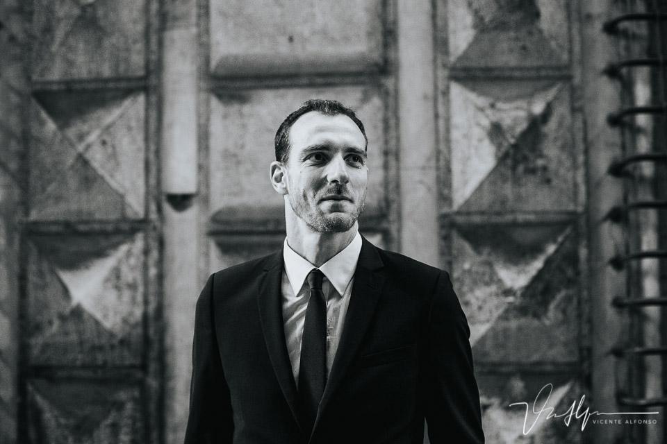 Novio trajeado en blanco y negro