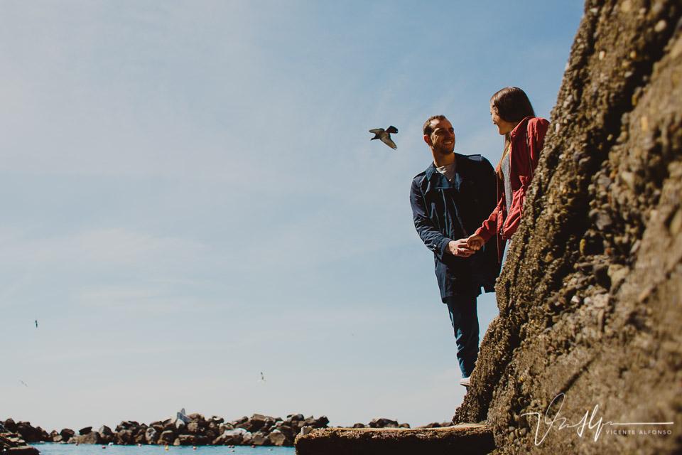Pareja dándose la mano en Cinque Terre