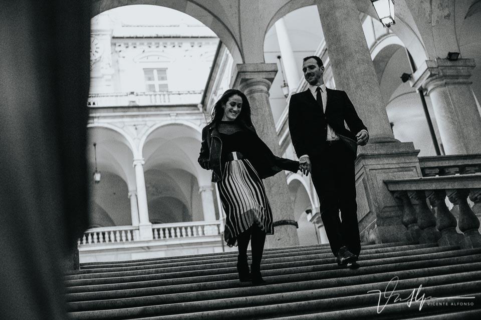 Pareja bajando las escaleras del ayuntamiento de Genoa