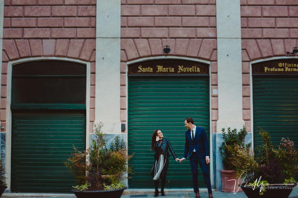 Pareja en Santa Maria Novella en Italia