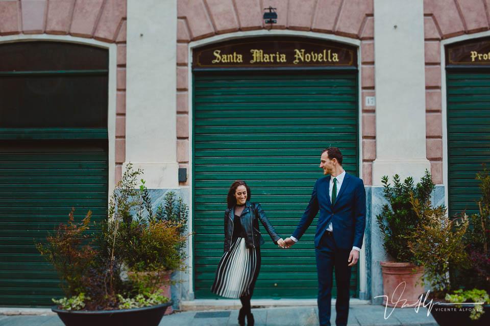 Pareja agarrada de la mano en Italia junto a Santa Maria Novella