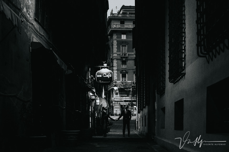 Pareja por la noche en Au café en Genoa
