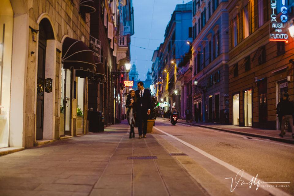 Pareja paseando por la calle principal en Genoa