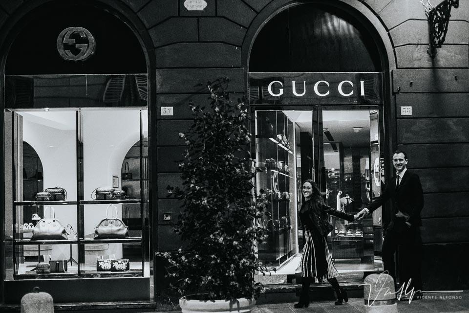 Novios paseando por la tienda Gucci en Genoa Italia