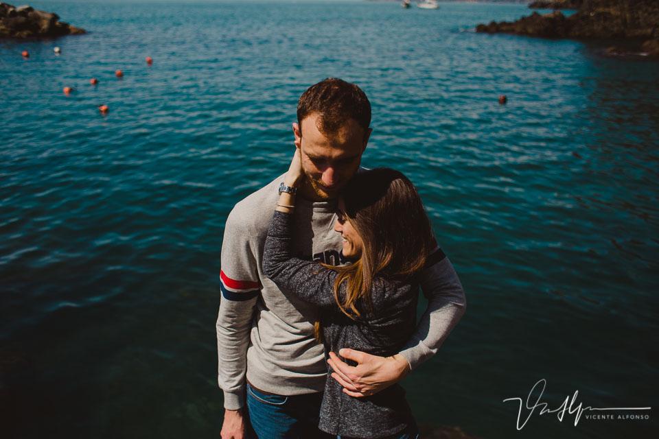Pareja abrazada junto al mar en Italia