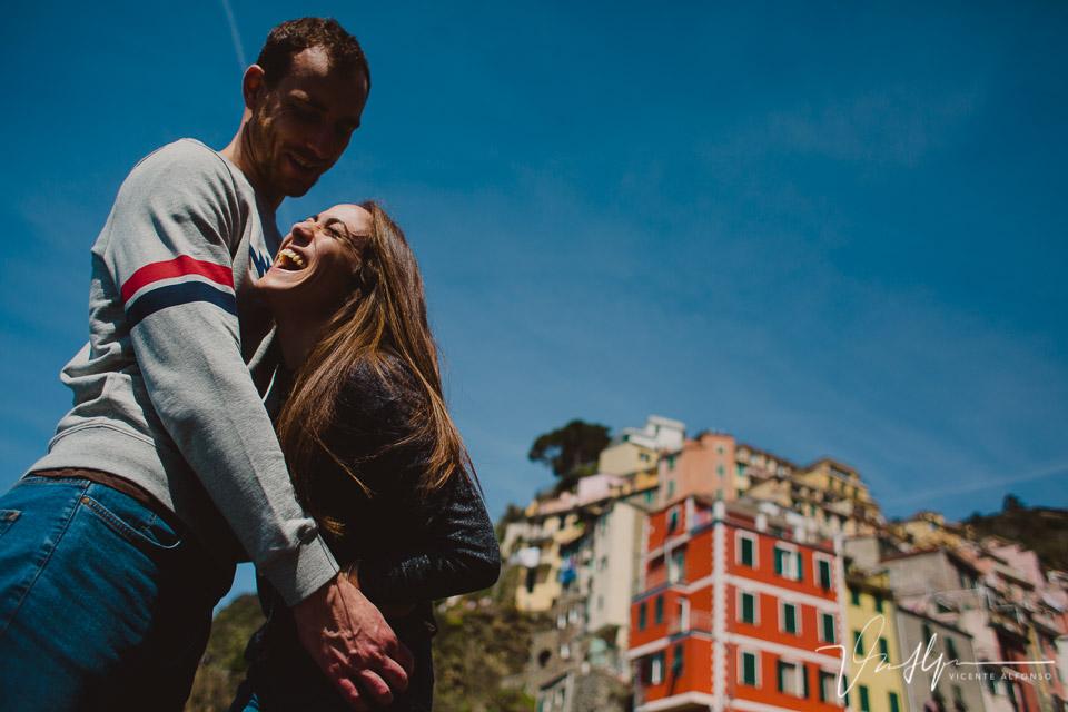 Novia riéndose en Cinque Terre