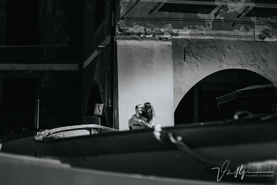 Pareja a burrique entre barcos en Cinque Terre