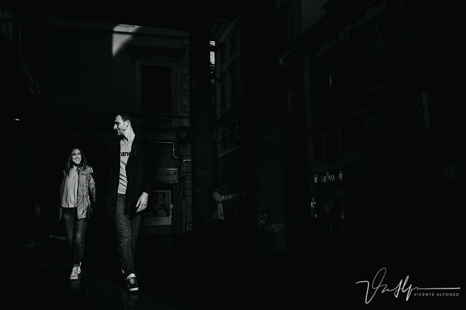 Pareja andando entre las calles de Génova en blanco y negro