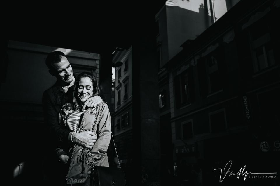 Pareja abrazándose en la calle de Génova Italia