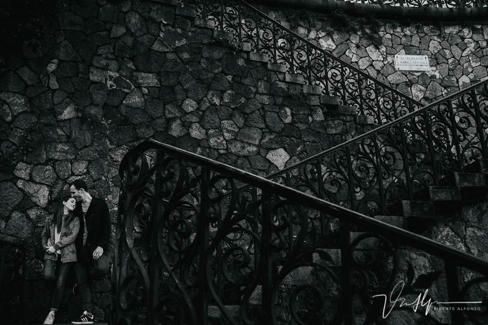 Pareja besándose en las escaleras en Genoa