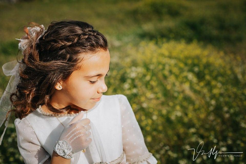 Primer plano en el campo de una niña de comunión