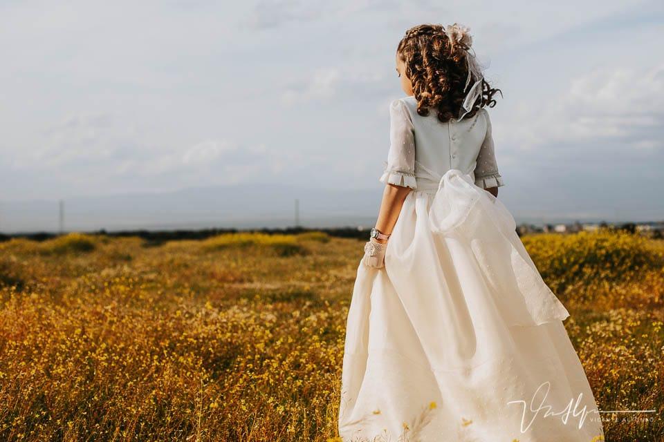 Detalle espalda vestido de comunión en el campo