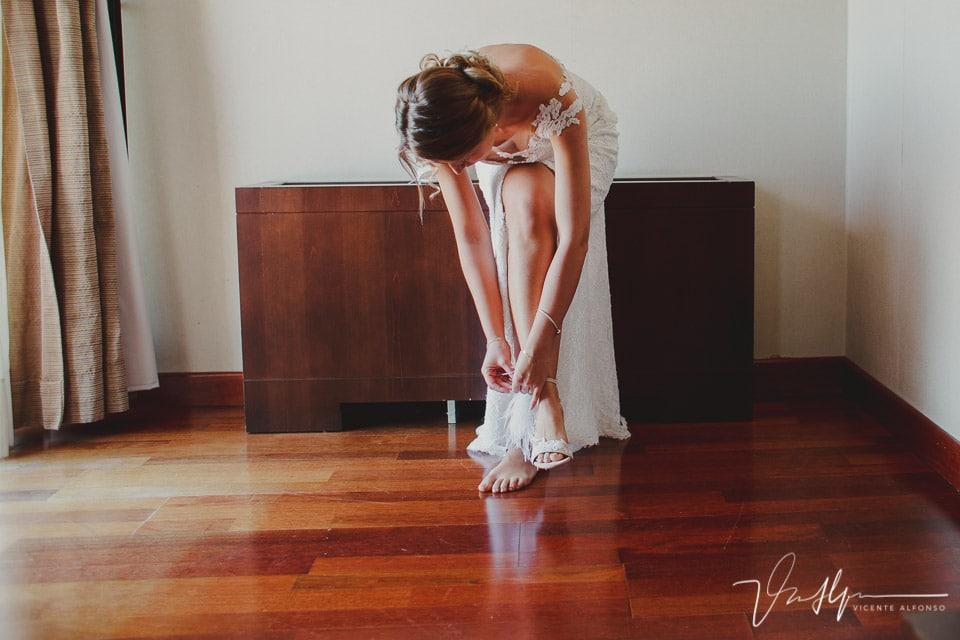 Novia abrochándose los zapatos