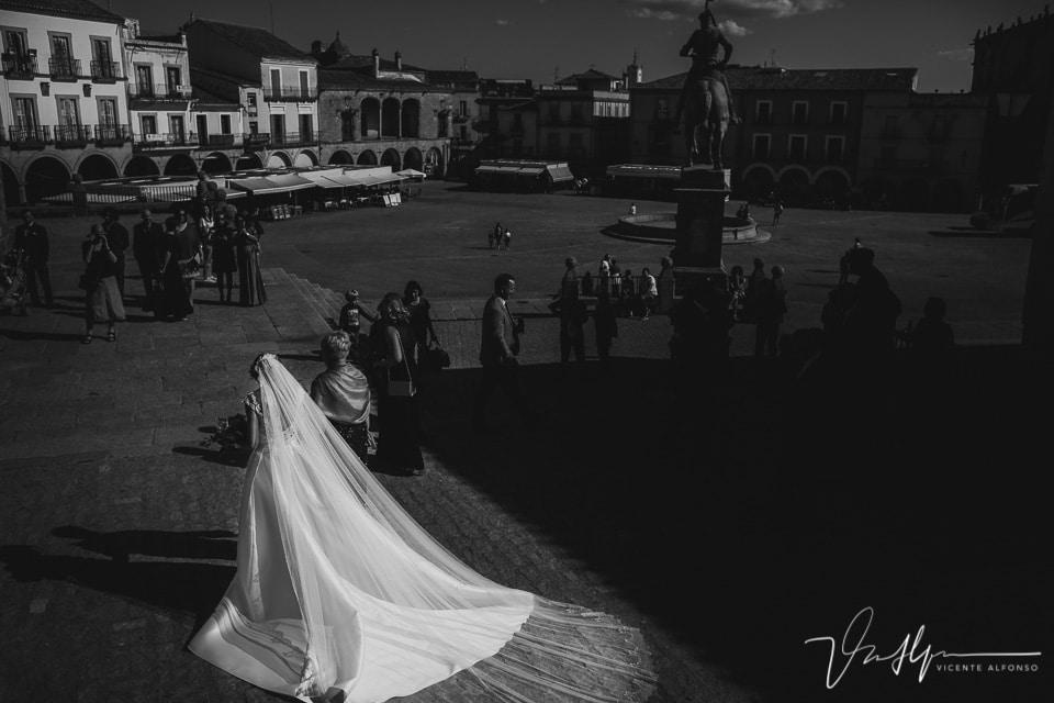 Fotografía de la espalda de la novia llegando a la iglesia